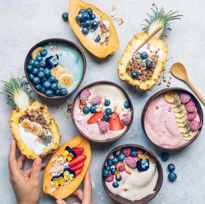 Tampilan Smoothie Bowl Kini Makin Menarik Saja Warna Warninya Menggugah Selera Dengan Pemakaian Aneka Topping Buah Fo Makanan Ide Makanan Resep Makanan Sehat