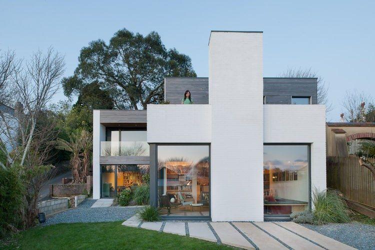 Un intérieur qui mélange mobilier moderne et scandinave Modern - facade de maison moderne
