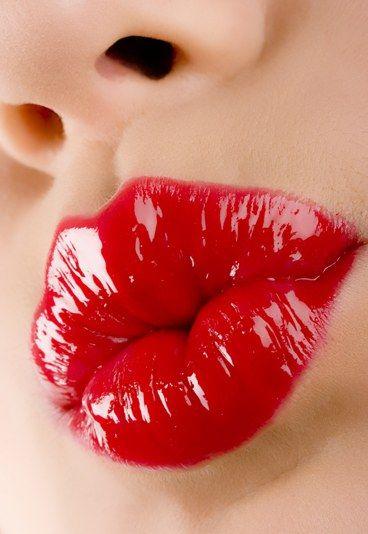 So hält die Farbe fast für immer - Rote Lippen richtig schminken