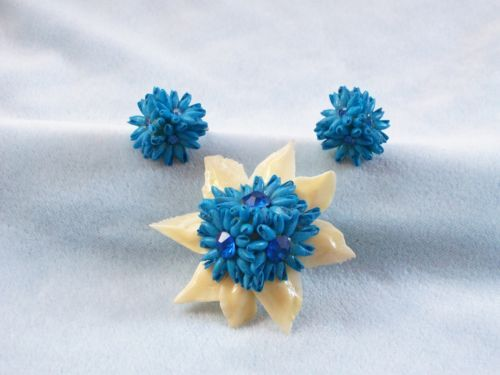 1940'S TO 50'S VINTAGE HAND MADE BLUE FLOWER SEA SHELL BROOCH & EARRINGS SET