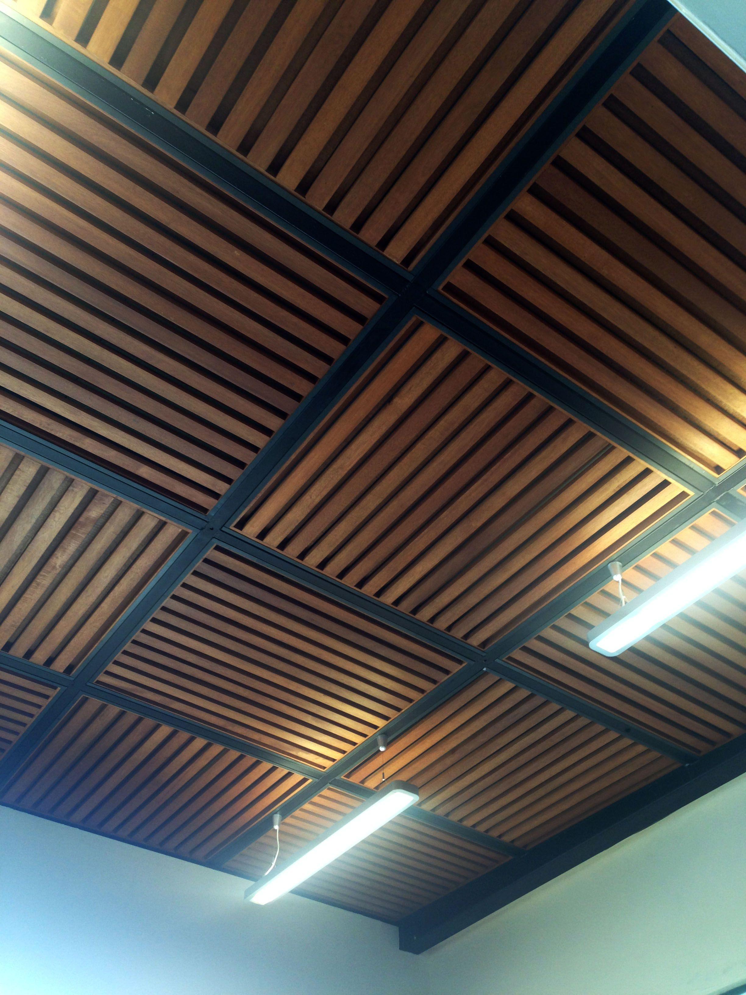 Techo con acabado en madera techos y plafones - Plafones para salon ...