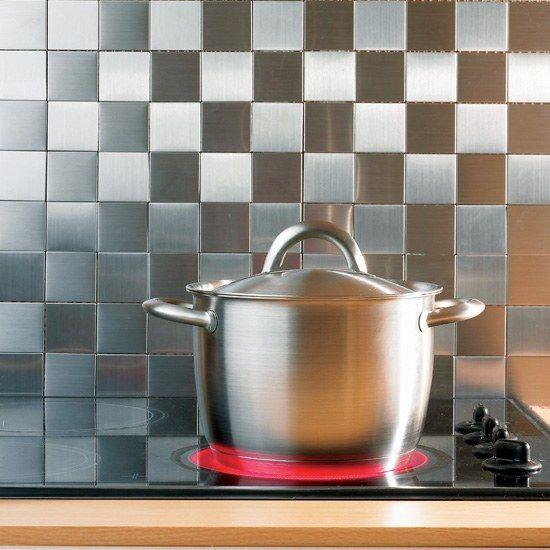 une credence de cuisine, fond de hotte avec une mosaique en inox
