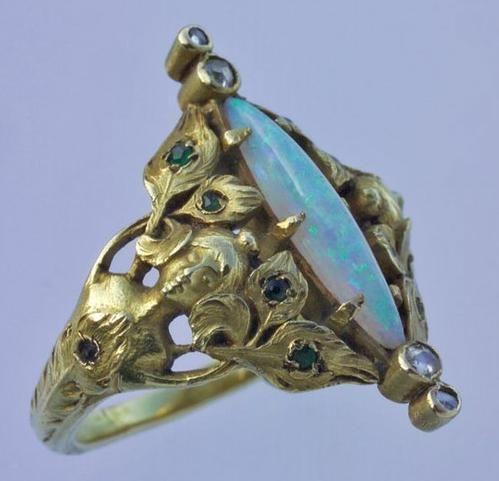 "Кольцо ""Дева-павлин"". Арт-нуво. Франция. 1900 г.. Золото, опал, изумруды."