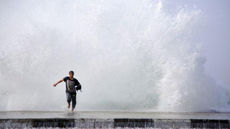 SPRINT. Cet homme court pour échapper aux vagues géantes qui ont balayé Douba, cette ville portuaire sur la côte de la mer Rouge en Arabie saoudite dans la province de Tabuk. Les conditions météorologiques étaient mauvaises ce mercredi 11 février, avec des vents violents.