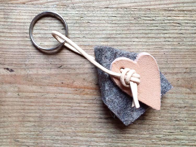 DIY-Anleitung Schlüsselanhänger aus Leder und Filz basteln via