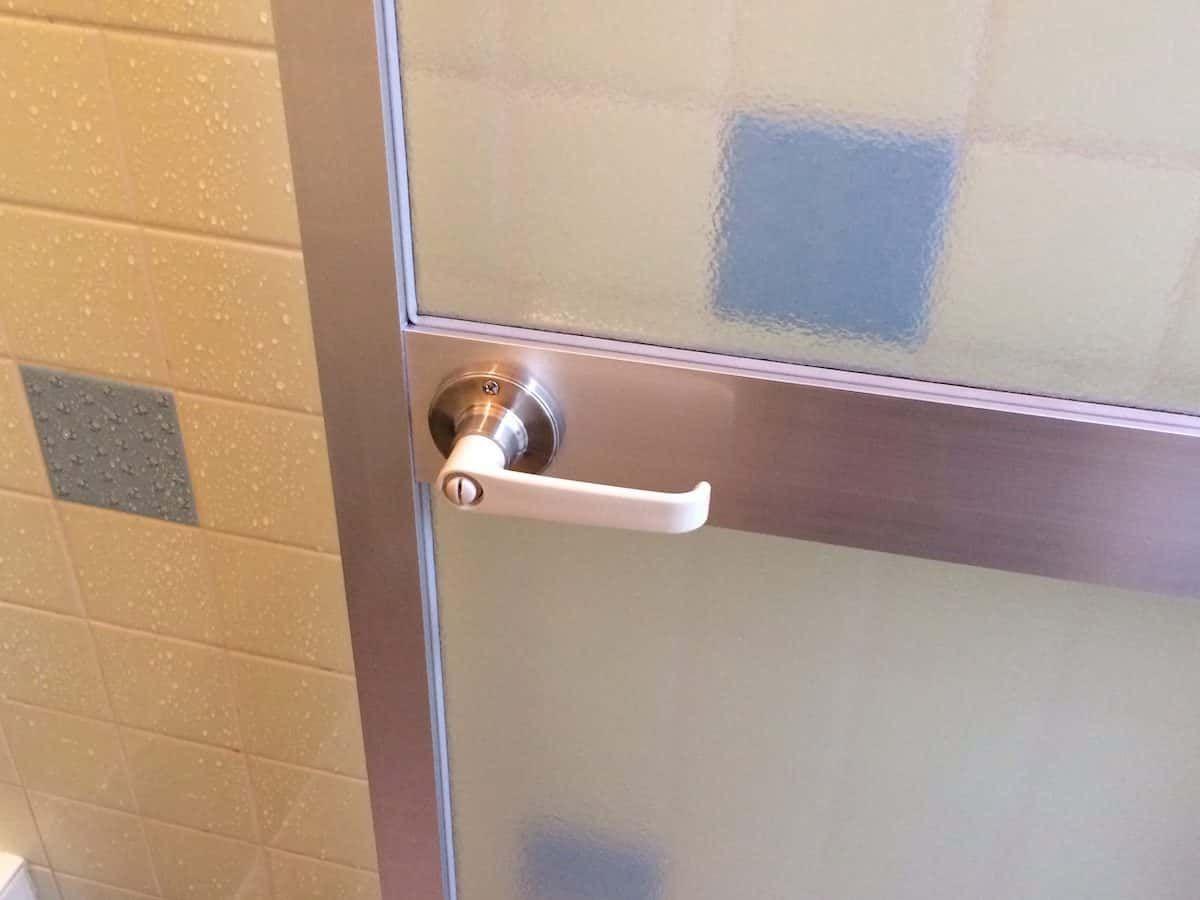 浴室扉の古い丸ノブをレバーハンドルに交換する方法 2020 浴室 扉 レバーハンドル リフォーム