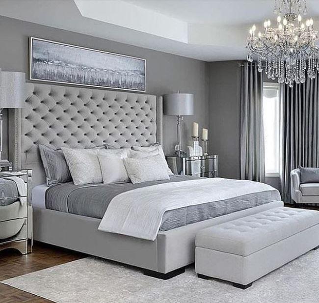 Mooie slaapkamer met bed en grijze gordijnen  Slaapkamer