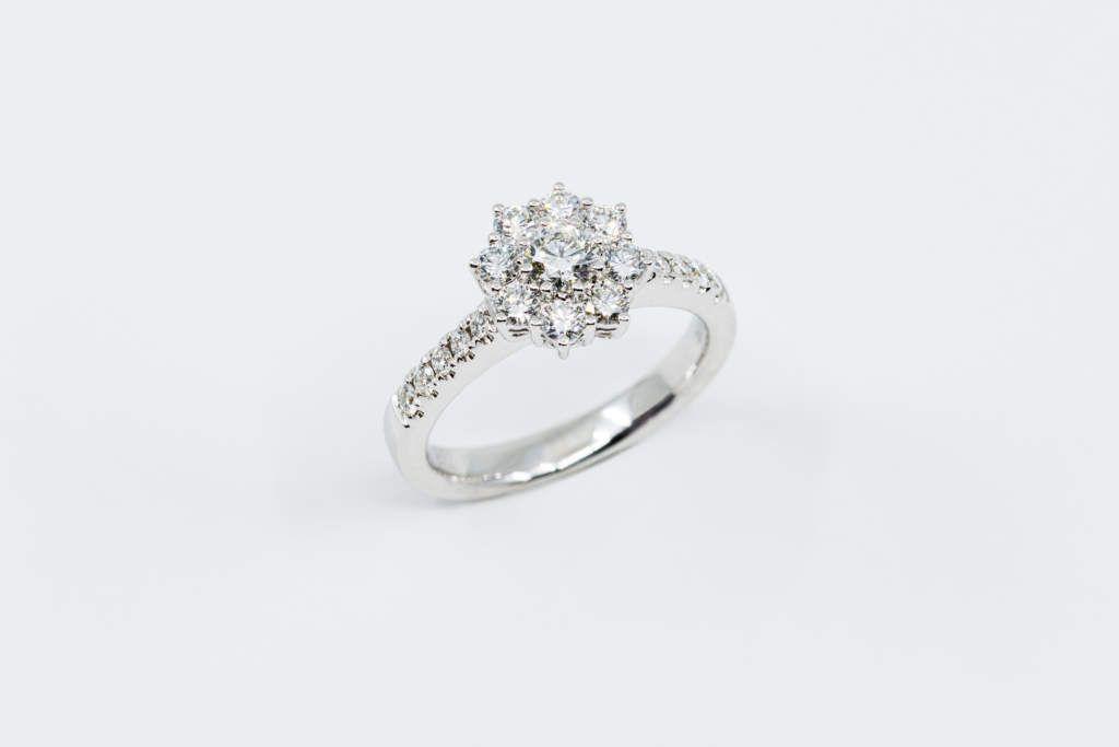 Anello Solitario Rosetta Pave Con Diamante Certificato Realizzato Dalla Gioielleria Casavola Di Noci Nel 2020 Anelli Con Diamanti Gioielleria Gioielli