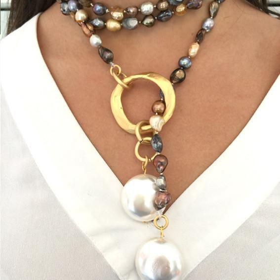 147ca497a2b5 Collar abierto de perlas de rio engarzadas en aro de latón bañado en oro  mate y rematado en los extremos con eslabones de latón bañados en oro mate  y perlas ...