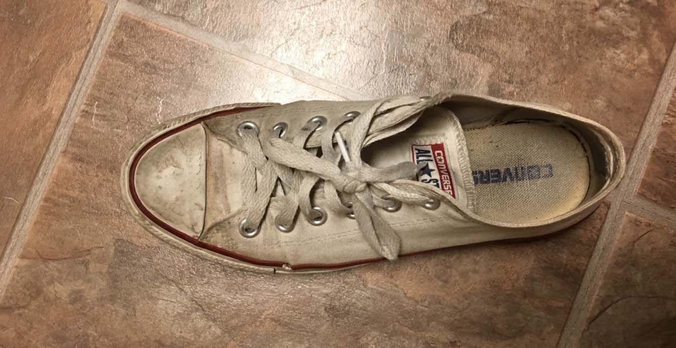 Dit trucje om vieze sneakers weer wit te krijgen gaat het ...