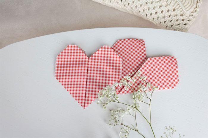 Servietten falten - DIY-Anleitung für ein Herz - WOHNKLAMOTTE