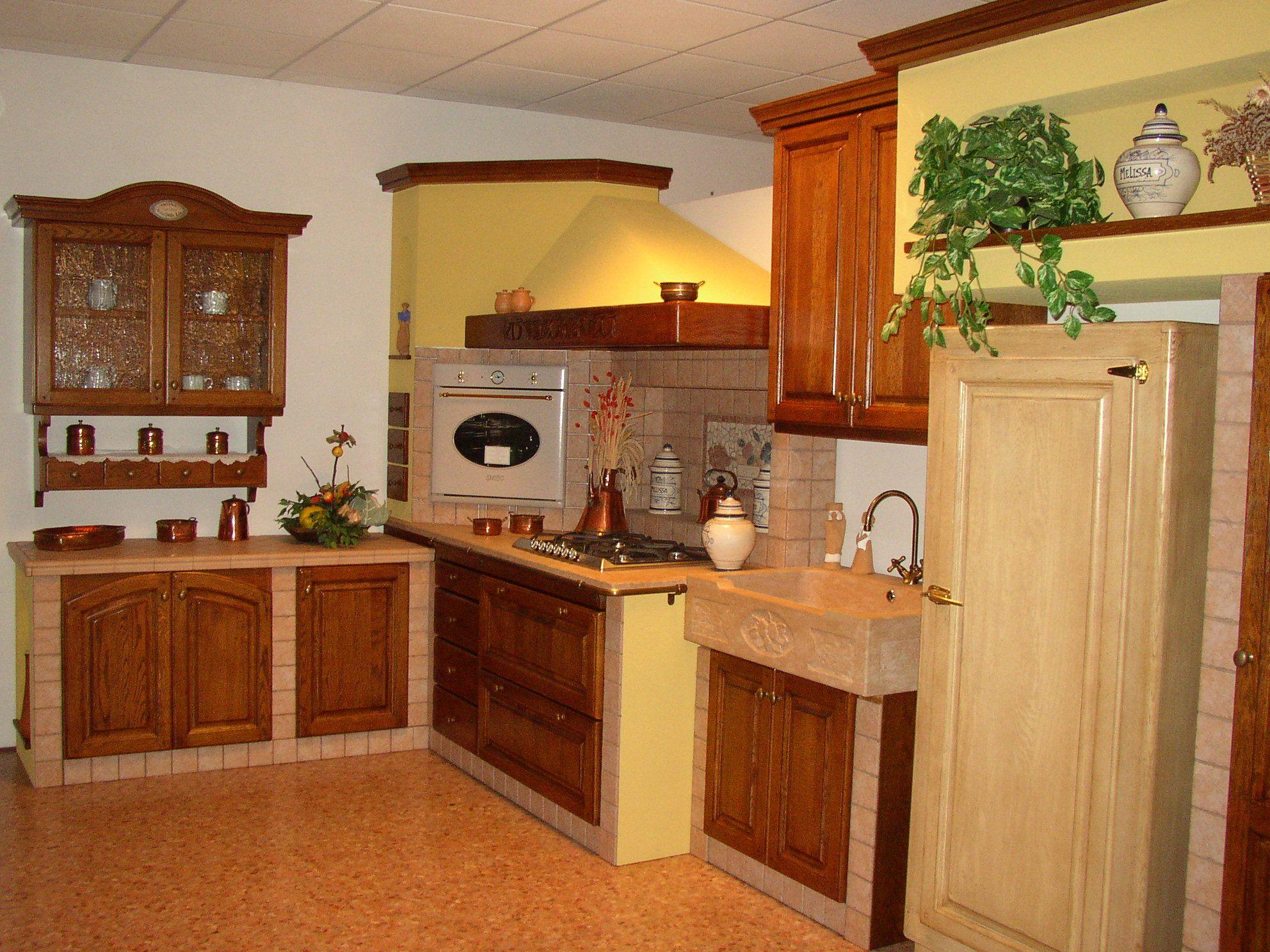 Cucina in muratura in rovere anticata e piano in marmo e piastrelle ...