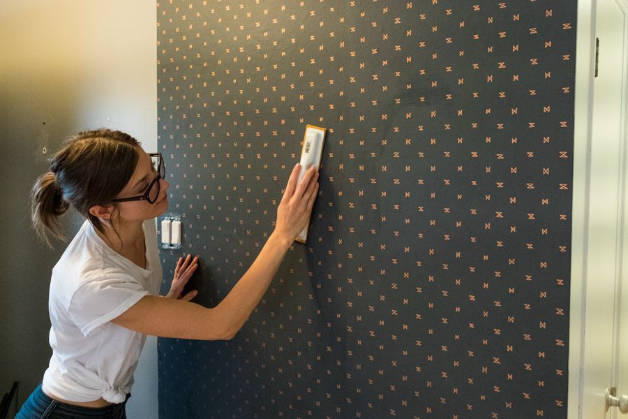 Diy How To Install Wallpaper How To Hang Wallpaper Diy Hanging Washable Wallpaper