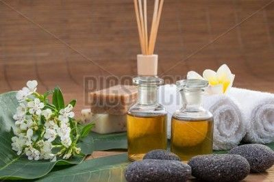 Canvas Bamboe - Essential Oil, Flower, Pebble Stone On Green Leaf, White Towel, Blur Background - Foto4art.be