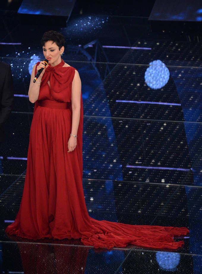 Abiti e look di Sanremo 2015   Arisa con abito rosso con strascico   FOTO