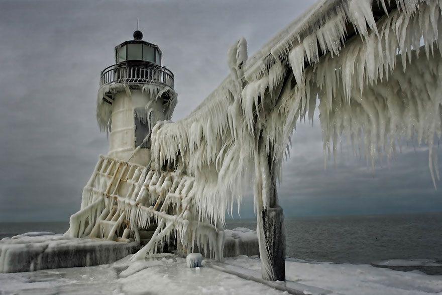 Spomeňte si teraz na to, keď musíte cez zimu oškrabávať ľad z auta. Nepríjemná predstava, však? Tieto neuveriteľné fotografie, ľadom pokrytého majáku v St. Joseph North Pier na pobreží jazera Michigan, vám však možno pohľad na tento problém trochu odľahčia. Všetko je tu kompletne zamrznuté a pokryté hrubou vrstvou ľadu. Vodu z jazera sem navieva […]