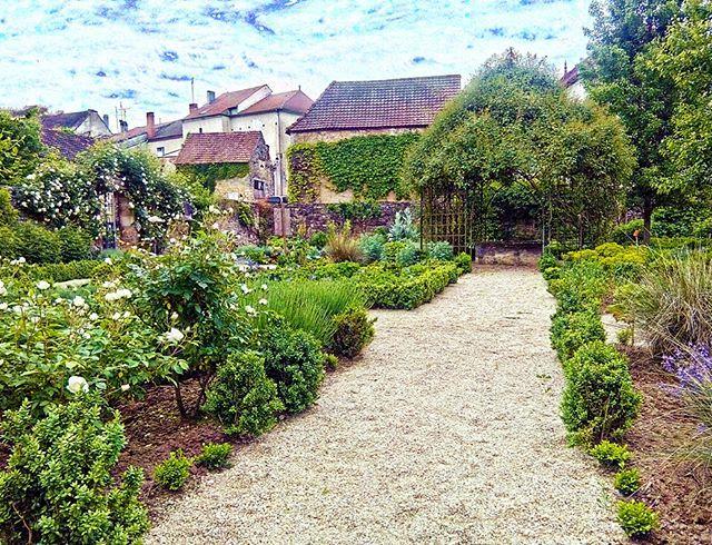 C'est le printemps, le Jardin du Barry à Salviac sort ses jolies fleurs ! #cazalssalviac #tourismemidipy #espritlot #jardin #salviac #sky #nature #naturelovers #spring #lot #magnifiquefrance ©Salomé Monceaux