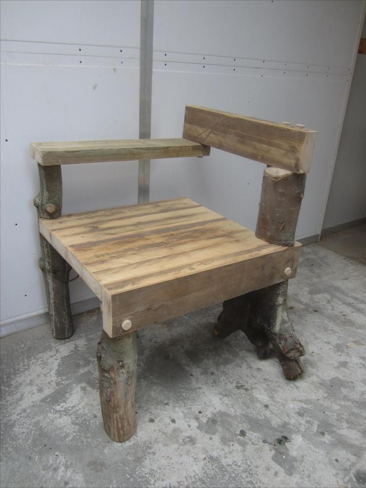 Foto: Deze stoel ontleent haar naam aan juwelier Steltman die Rietveld in 1963 opdracht gaf tot het herinrichten van zijn winkel in Den Haag. Voor het uitzoeken van juwelen ontwierp Rietveld twee stoelen die elkaars spiegelbeeld zijn zodat ze samen een eenheid vormen met de balie. De oorspronkelijke modellen waren bekleed met wit kunstleer. Na Rietveld's dood, in 1964, maakte zijn voormalig medewerker Gerard van de Groenekan een houten versie. Dit houten model is inmiddels bekender dan het…