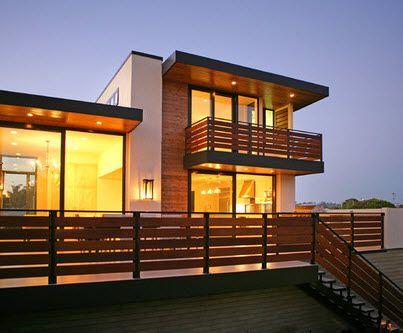 Casa de dos pisos con fachada de madera y cerco allard Balcones madera exterior