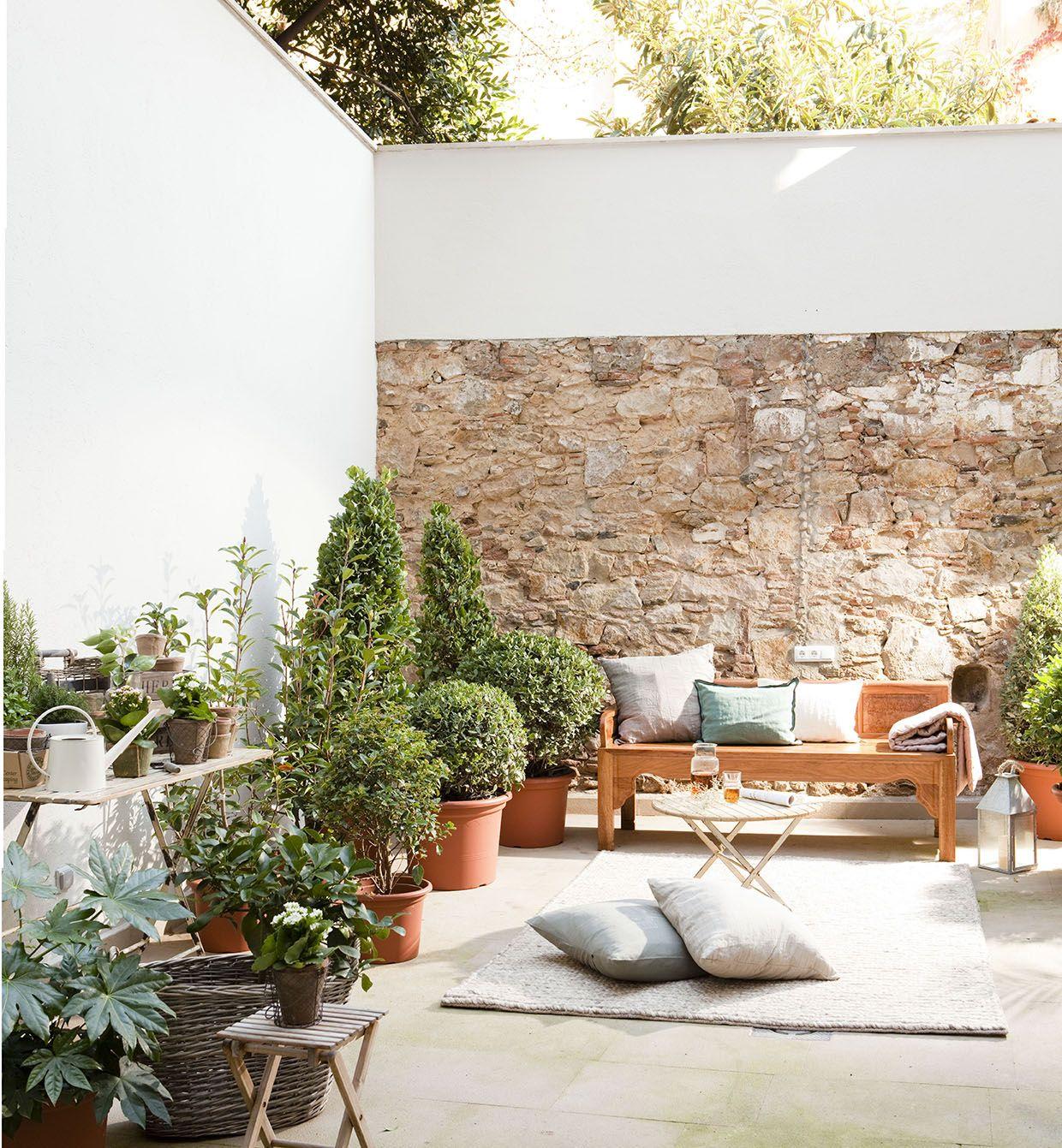 Recibidor con suelo de parquet con escaleras y pared de for Suelos terrazas exteriores baratos