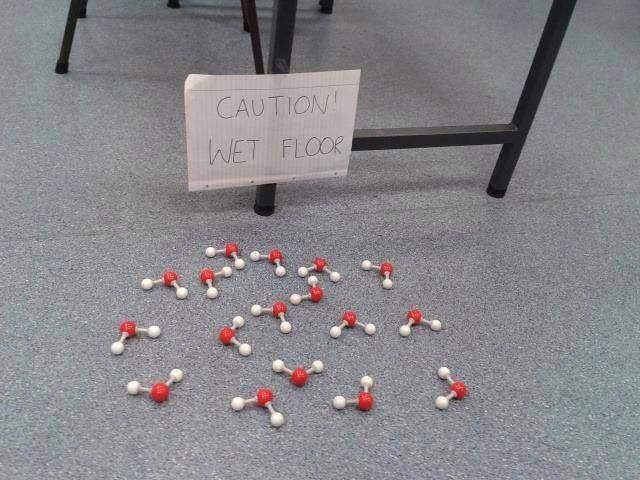 Attenzione! pavimento bagnato immagini pinterest humor nerd