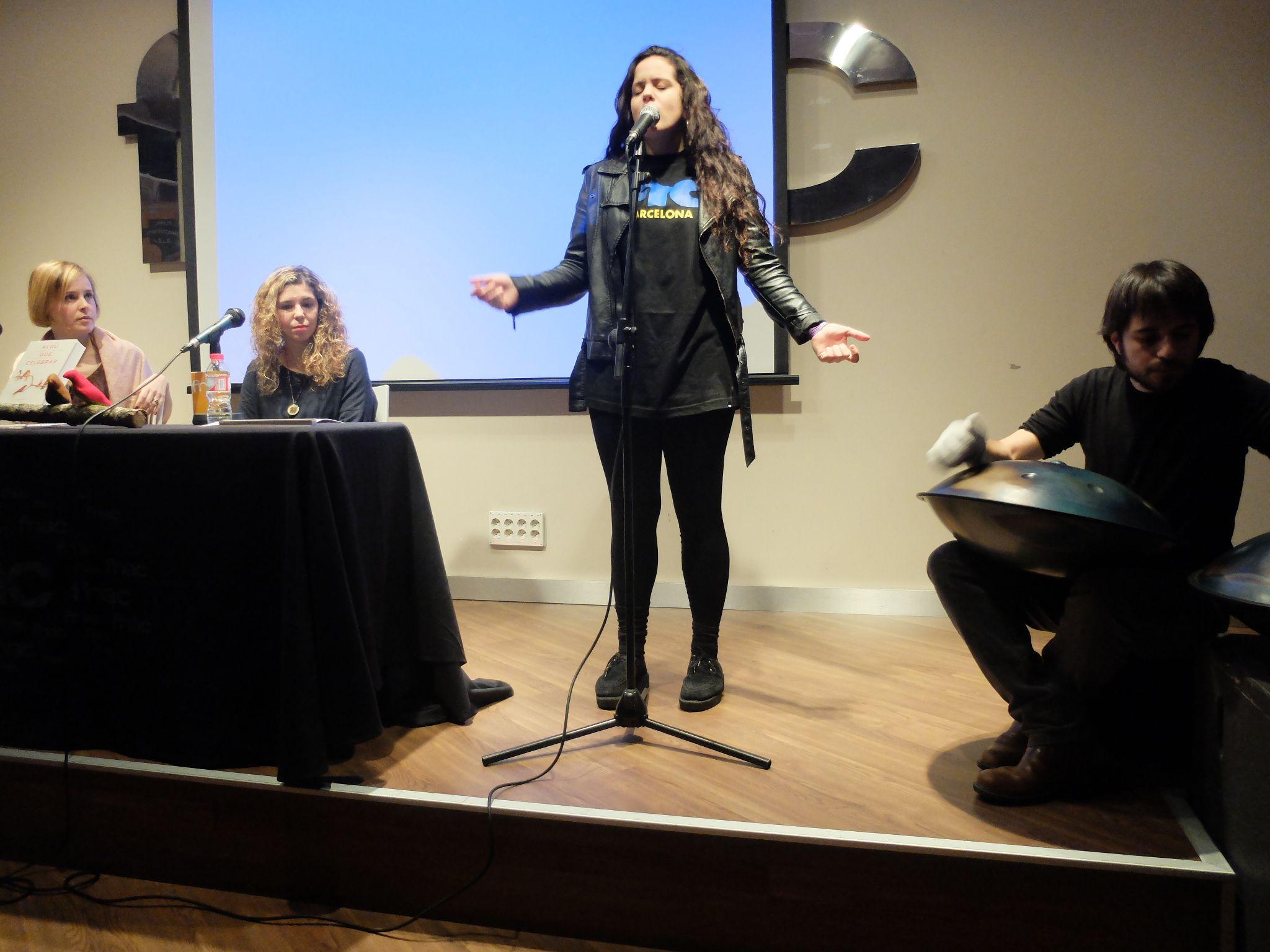 """Presentación de 'ALGO QUE CELEBRAR'  de Lola Mayenco [URANO] el 17 de diciembre de 2013. Actuación de Ravid & Rose, que interpretaron la canción creada especialmente para el libro, """"Everyday Wonders""""."""