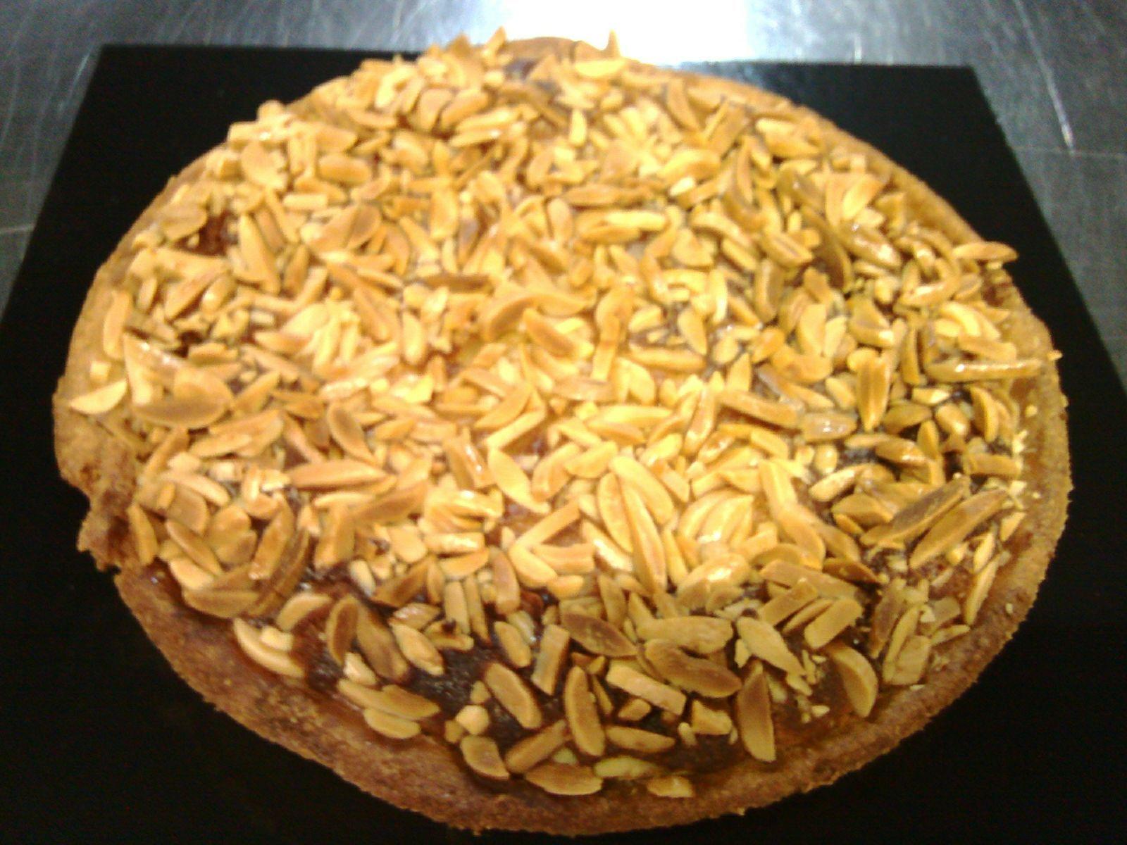 La #Pastelería #Tradicional es una de nuestras pasiones: 'Tartaleta de franchipán con almendras.'  #espaisucre #postres #pastries #bcn