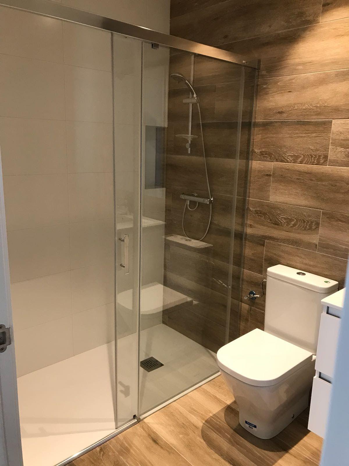 Reforma de cuarto de #baño en madera y blanco con ...