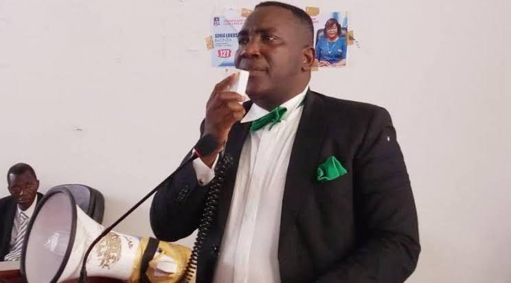 Le President De L Assemblee Provonciale De Kinshasa Godefroid Mpoyi Recoit Un Diplome De Merite Sur La Lutte Contre La Corruption Lutte President Recevoir