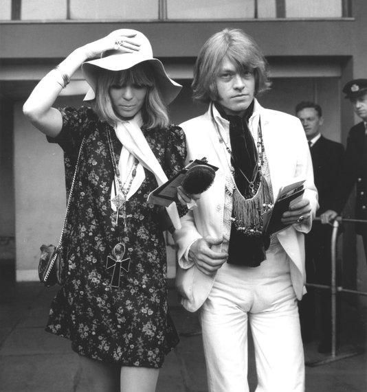 Stones Please Don`t Stop: noviembre 2011  Suki Potier & Brian Jones - July 27, 1967 At London's Heathrow Airport, as they await their flight to Spain, where they plan on vacationing in Marbella (Photo courtesy of Daily Mail Archive)