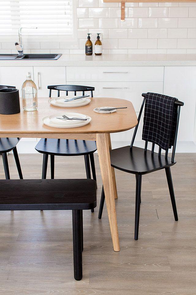 Mesa de comedor de madera estilo mid-century en la cocina de muebles ...