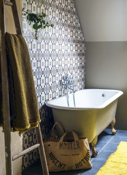 Mélange des genres dans cette salle de bains à la campagne