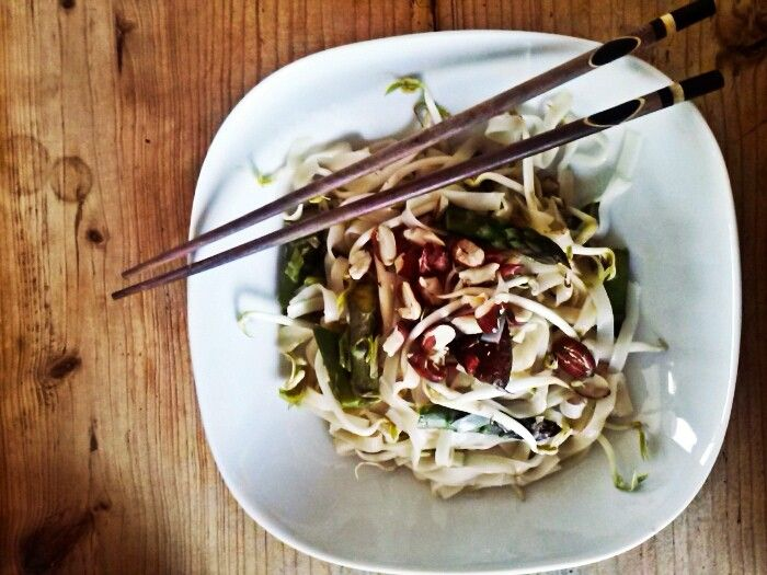 Veganes Pad Thai mit grünem Spargel - VeganBlatt