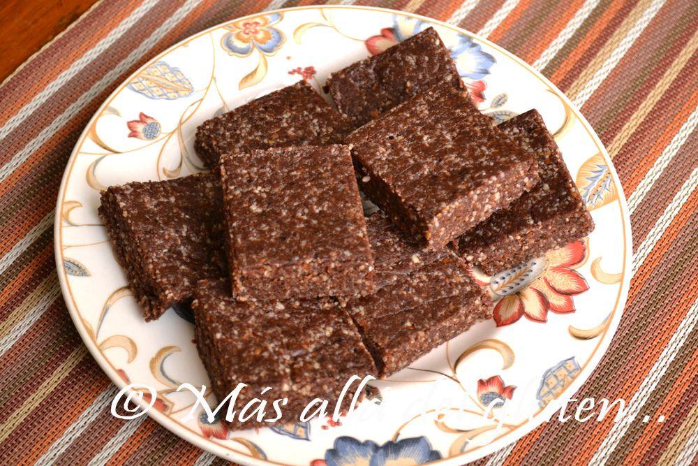 INGREDIENTES (para 8 brownies pequeños):  - 1 taza de almendras - 1 taza de nuez nogal - 1 taza de dátiles (miel; xilitol para la dieta GFCFSF) - ¼ de taza de cacao en polvo - 1 pizca de sal - 1/8 cdta de extracto de vainilla (opcional)
