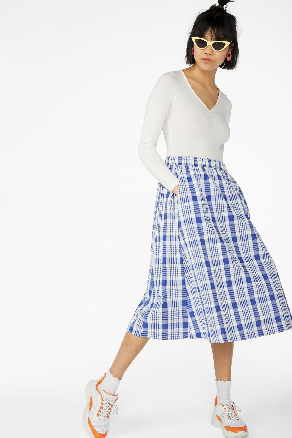 5d004ecc11 Flowy midi skirt - White and blue checks - Skirts - Monki A below-the-knee  length midi skirt in a checked fabric in a wrinkly laid-back style,  featuring an ...