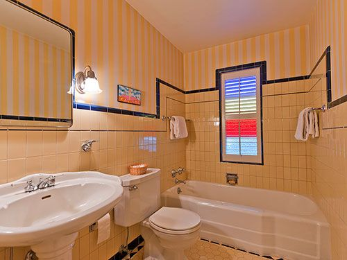 Five vintage pastel bathrooms in this lovely 1942 capsule house - Portland,  Oregon - 13 photos