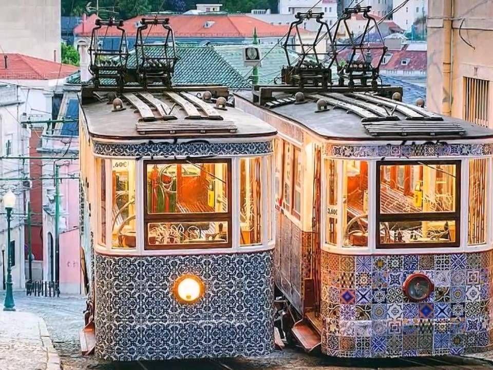 Lisboa é uma cidade especial com particularidades únicas: o som dos eléctricos antigos a subir e a descer as ruas empedradas, o eco do Fado em vários locais da cidade, um autêntico tesouro de edifícios históricos, mas também a cidade mais cool de Portugal, aberta a novas tendências e um paraíso de compras.