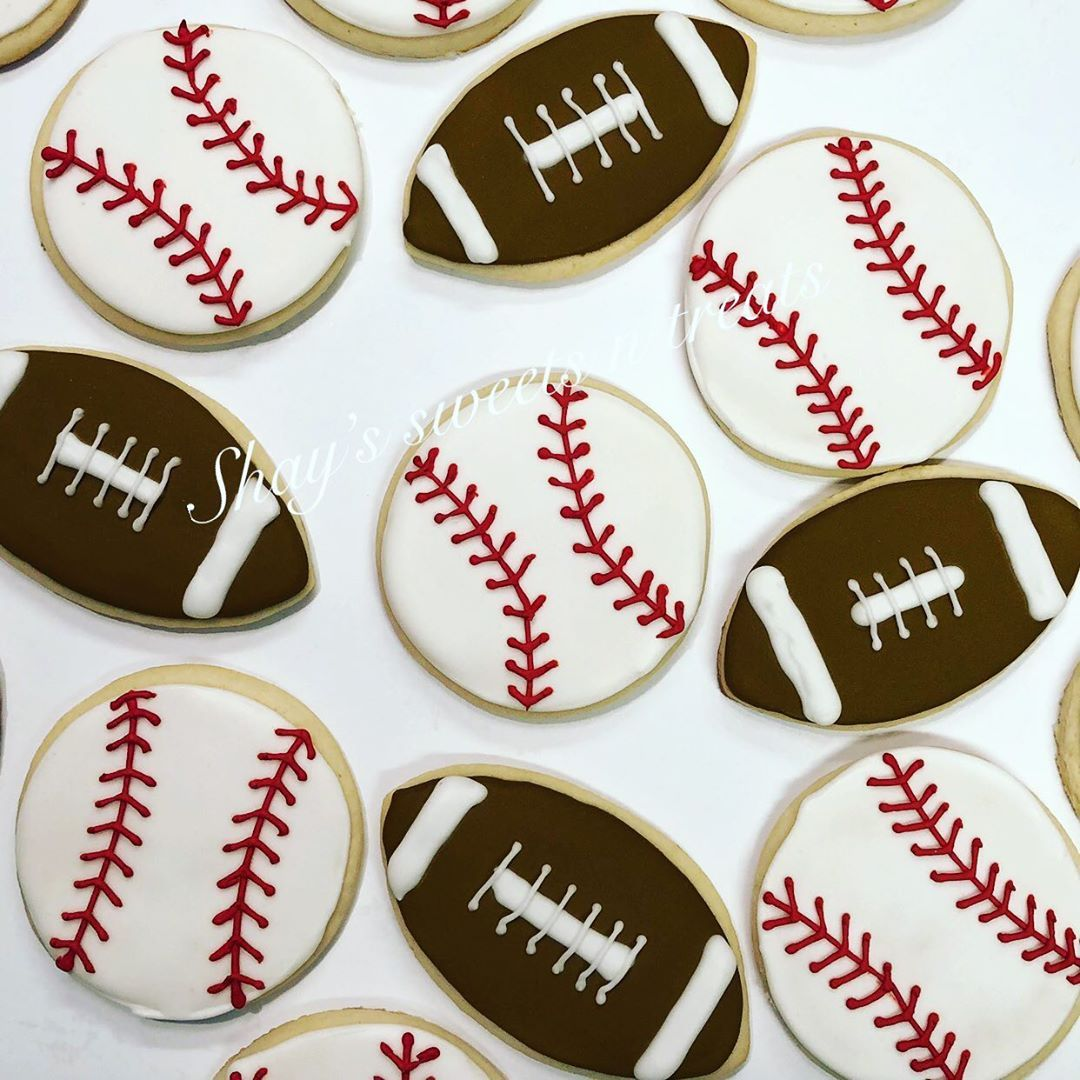 Play ball! Check out these cute baseball and football cookies for the birthday boy!⚾️ 🏈