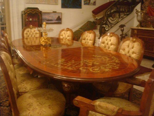 Extraordinária sala de jantar , estilo Luís XV , em rádica e raiz de nogueira, decorada com belís