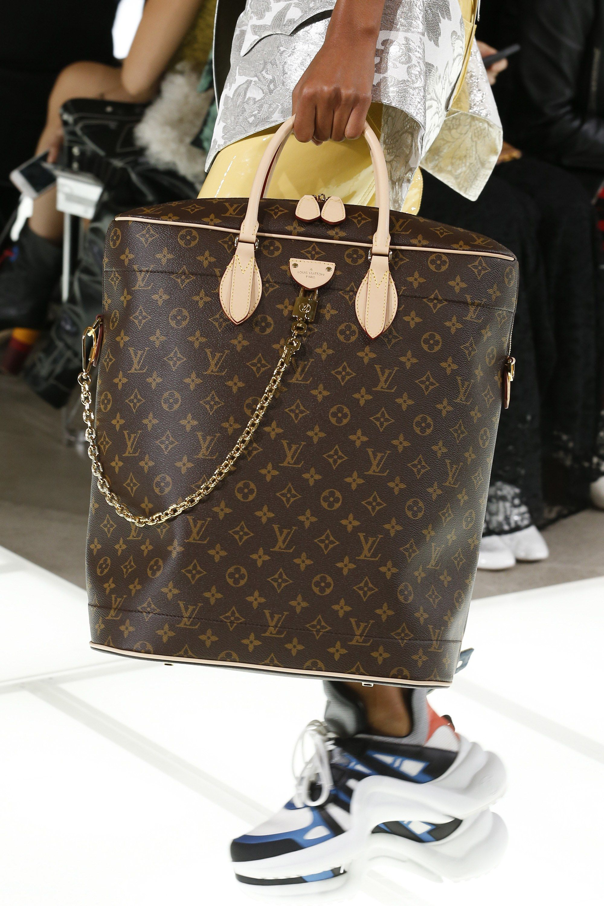 9a9014023f42 See detail photos for Louis Vuitton Spring 2018 Ready-to-Wear collection.