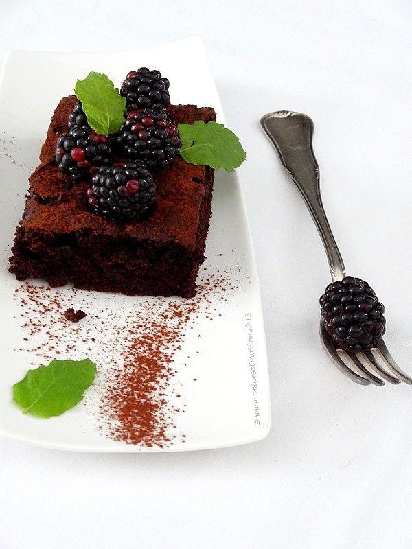 Brownie vegan aux mûres et à la menthe .. Pour une journée d'octobre gourmande au bord des lisières on http://www.epicesetmoi.be
