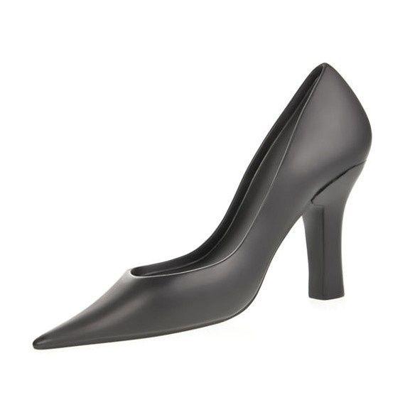 Można podkładać buty pod drzwi aby nie trzaskały - nie lepiej jednak użyć czegoś odpowiednio przystosowanego do tego?