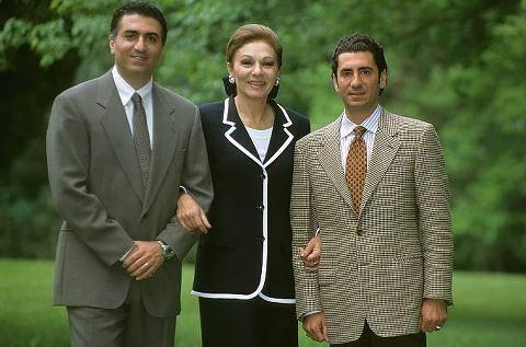 Crown Prince Reza Pahlavi Hrh Empress Farah Pahlavi And Prince Ali Pahlavi Stijlvolle Kleding Koninklijke Familie Koninklijk