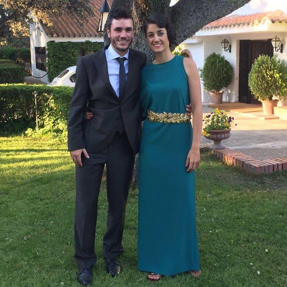 Henar con vestido asimétrico esmeralda Dresseos y cinturón con hojas doradas Verdemint - Alquiler de vestidos y accesorios - Dresseos