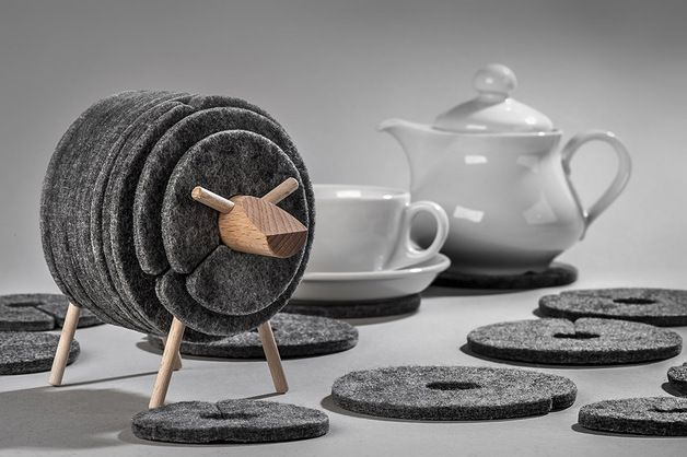 Der süßeste Untersetzer aus Filz, das praktische Schaf / coaster made of felt, in shape of a sheep, living accessory by WellDone via DaWanda.com #mugsset