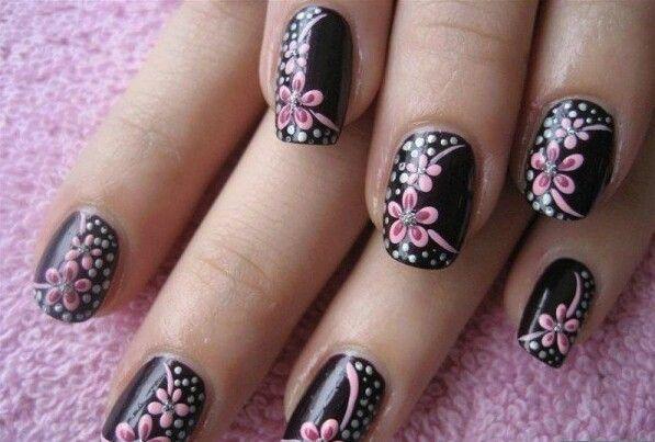 Uñas en negro, las flores las haria en salmon o purpura