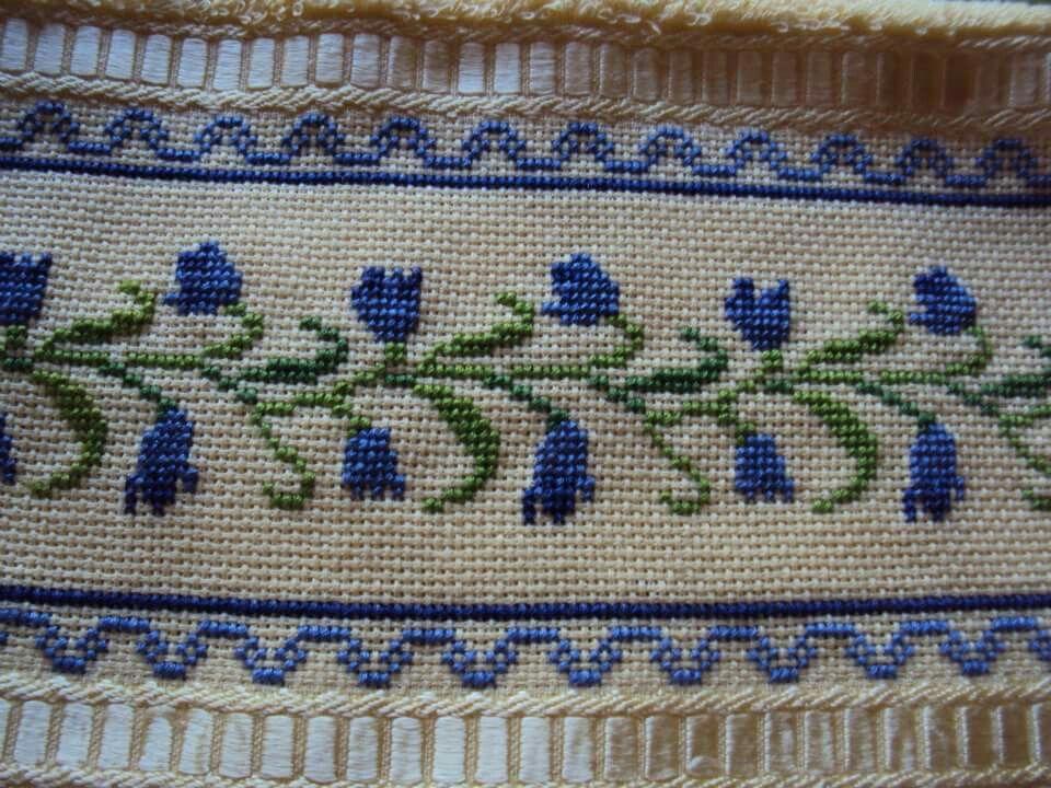 Toalla bordada en punto cruz con dise os de flores en tono for Disenos de punto de cruz