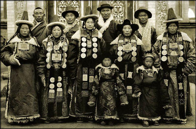 ファイル:Lanchow家族、中国1944神父。 マークTennien Restored.jpg