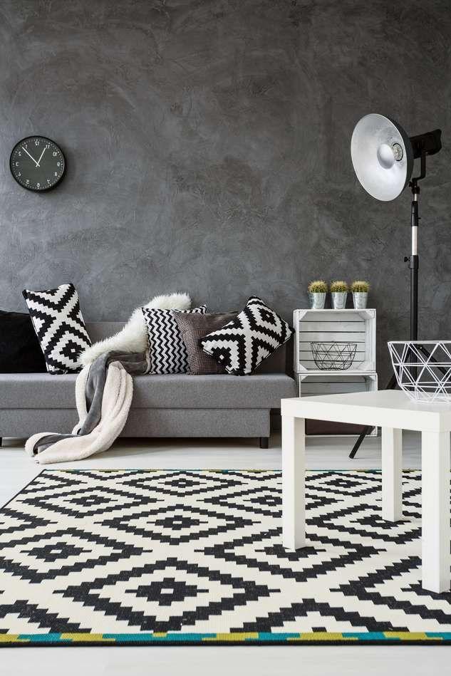Sofa Grau und Teppich in SchwarzWei Monochromatische Wohnzimmereinrichtung  Wohnzimmer in