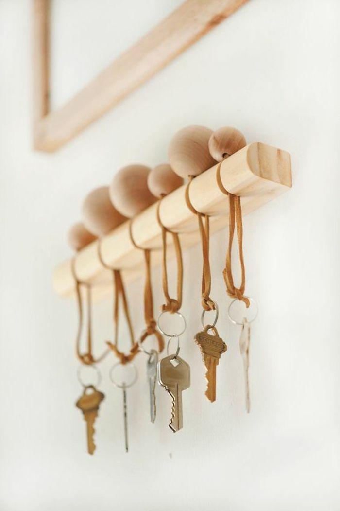 8677a14b8269 réaliser un porte clé mural original en bois au design épuré, un porte clé  réalisé avec grosse perle de bois